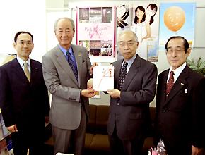 日本対がん協会の垣添忠生会長(右から2人目)に寄付の目録を手渡す日本プロゴルフ協会の松井功会長(左から2人目)と富士フイルムの加藤久豊取締役(右端)。左端は富士フイルムの山下洋二郎宣伝部長