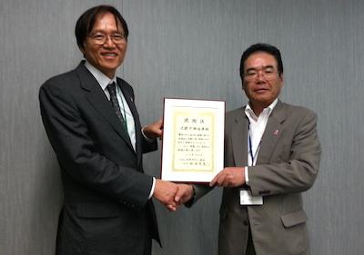 近畿労働金庫・渡壁長則理事長(右)と日本対がん協会・伊藤正樹事務局長(左)