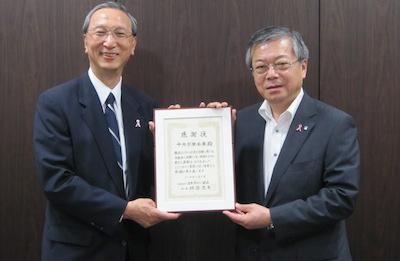 中央労働金庫・吉田正和理事長(右)と日本対がん協会・秋山耿太郎理事長(左)