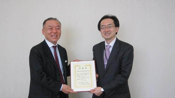三菱UFJ信託銀行長島巌常務執行役員・経営企画部長(右)に感謝状を贈呈