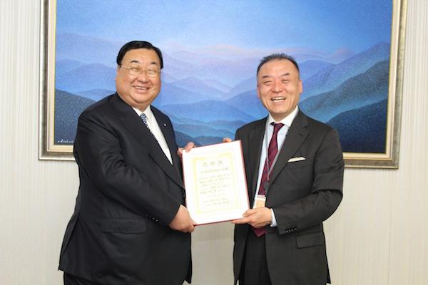 日本調剤・三津原博代表取締役社長(右)へ感謝状を贈呈