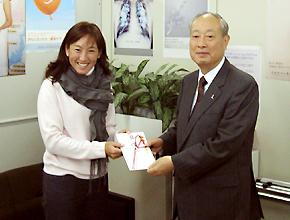 日本対がん協会の箱島信一理事長に寄付の目録を手渡す杉山愛さん